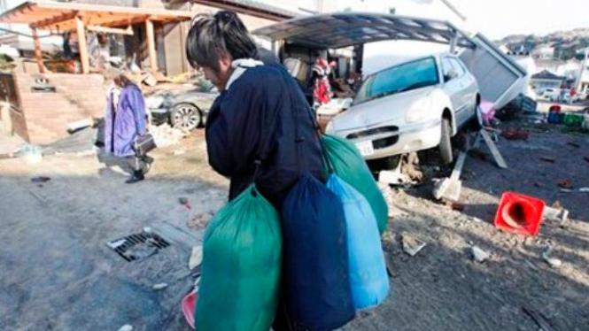 Korban tsunami di Kota Yotsukura, Jepang, menuju tempat pengungsian