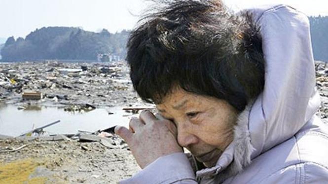 Seorang warga Prefektur Miyagi, Jepang, mencari keberadaan suaminya