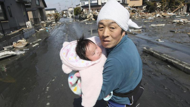 Evakuasi korban bencana tsunami di Jepang