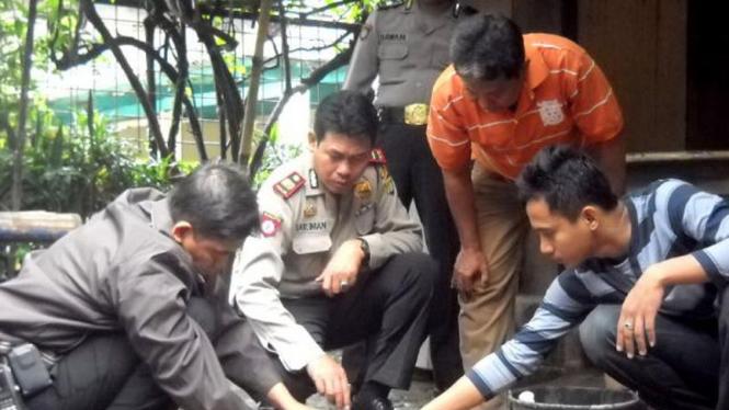 Polisi berusaha menjinakkan bom di Utan Kayu.