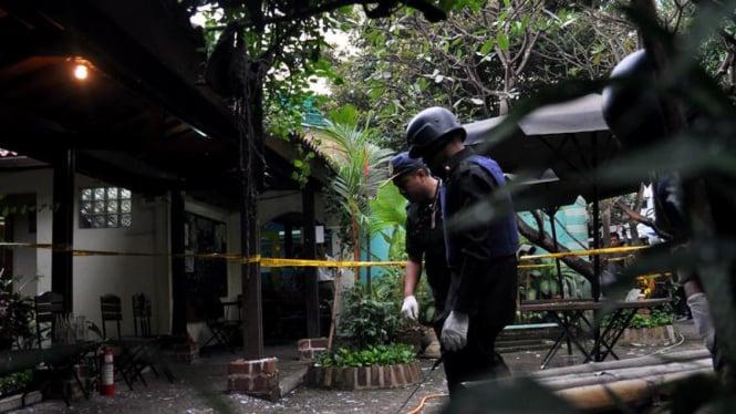 Petugas memeriksa lokasi kejadian bom Utan Kayu
