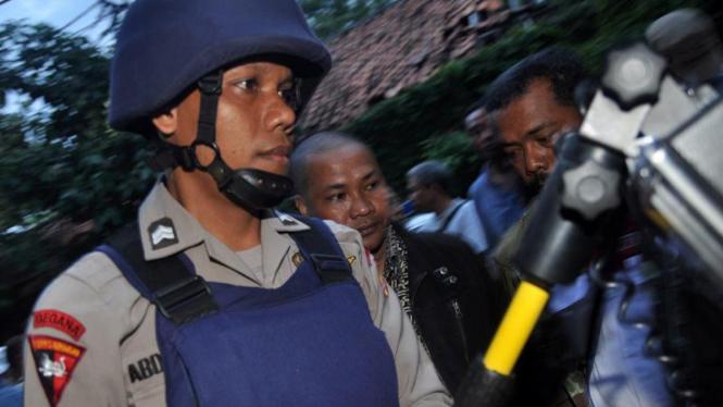 Tim Gegana memeriksa lokasi kejadian bom Utan Kayu