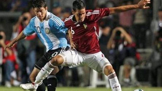 Striker Argentina Mauricio Sperdutti (kiri) berebut bola dengan Gabriel Cichero