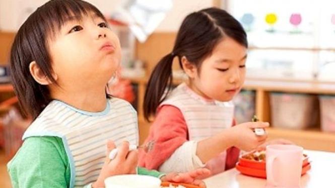 anak makan di sekolah