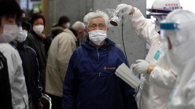 Warga di Prefektur Fukushima, Jepang, menjalani tes radiasi nuklir.