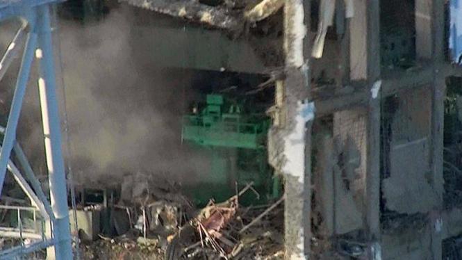 Asap mengepul dari Unit 4 PLTN Fukushima Dai-ichi yang rusak akibat gempa.
