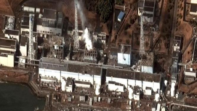 Foto satelit yang memperlihatkan PLTN Fukushima yang rusak akibat gempa.