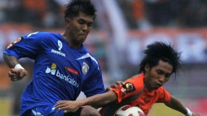 Striker Persiba Khairul Amri (kiri)