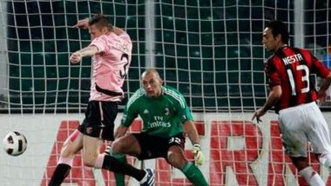 Nicolae Dorin Goian menjebol gawang AC Milan