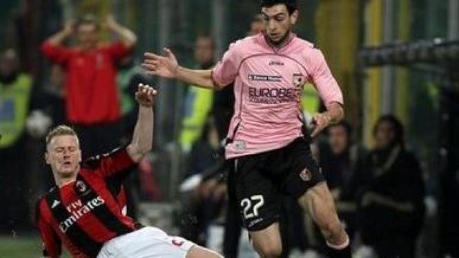 Pemain Milan Luca Antonini (kiri) dan pemain Palermo Javier Pastore
