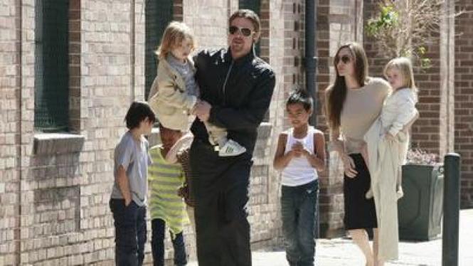 Jolie dan Pitt bersama keenam anaknya