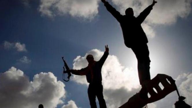 Massa anti Khadafi rayakan serangan udara Sekutu di luar kota Benghazi