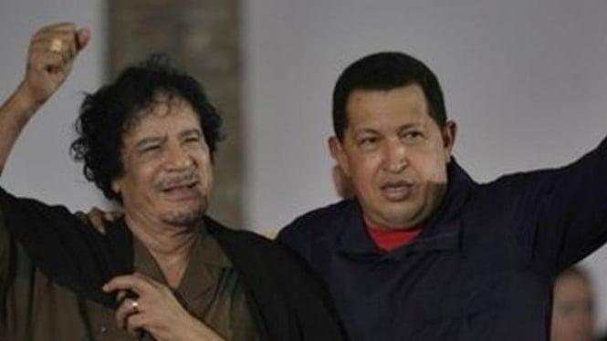 Muammar Khadafi (kiri) bersama Hugo Chavez di Venezuela pada September 2009