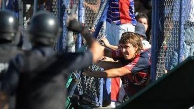 Suporter San Lorenzo berusaha memasuki lapangan
