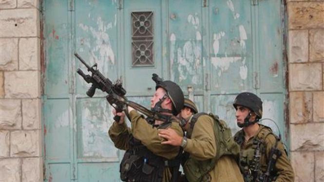 Pasukan Israel berpatroli di dekat wilayah Tepi Barat, Palestina