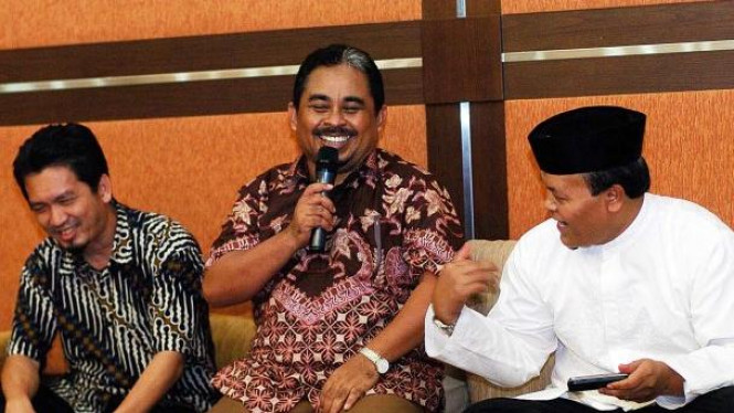 Presiden PKS Luthfi Hasan Ishaaq diapit dua bekas Presiden PKS