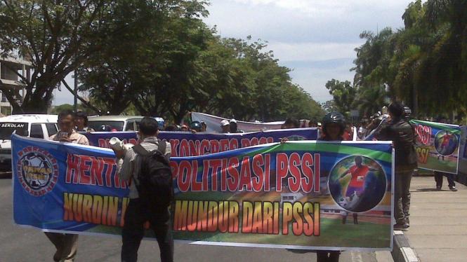 aksi demo tolak kongres PSSI di Pekanbaru
