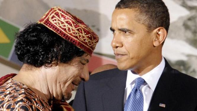 Obama dan Khadafi di pertemuan G8/G5 di L'Aquila, Italy, Kamis, 9 Juli 2009.