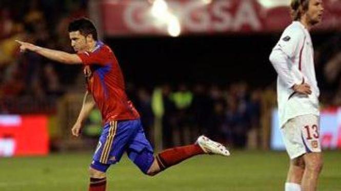 David Villa (kiri) rayakan gol & Jaroslav Plasil meratap