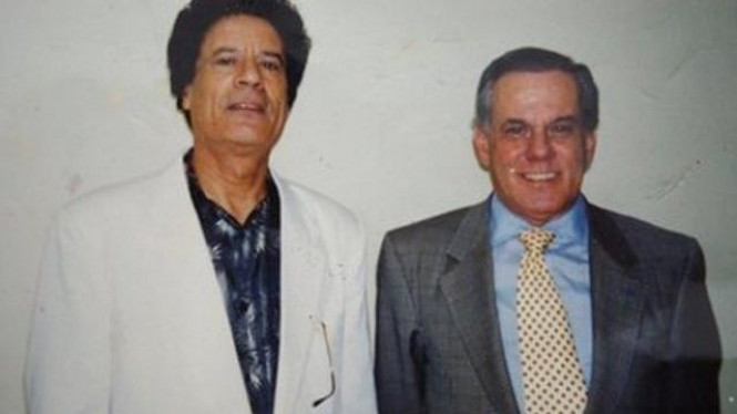 Muammar Khadafi (kiri) bersama dokter Liacyr Ribeiro pada 1994