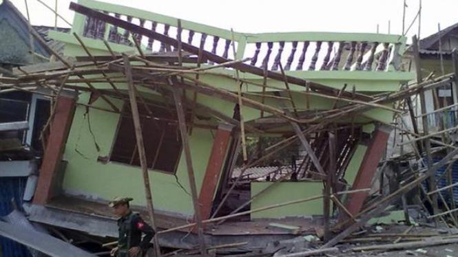 Sebuah rumah di Shan, Myanmar, rubuh akibat gempa bumi.