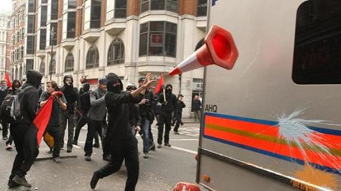 Massa demonstran di London merusak mobil polisi.