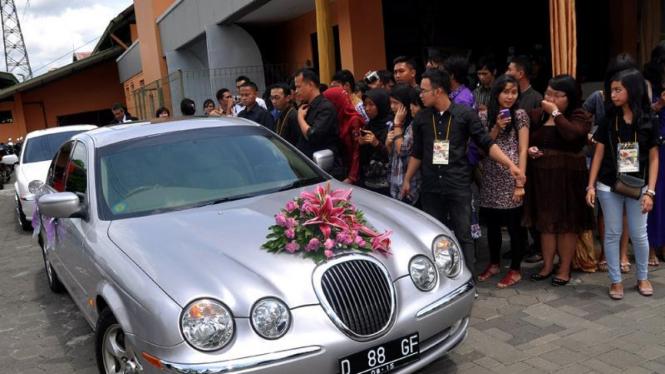 Mobil pengantin Pasha Ungu dan Adelia