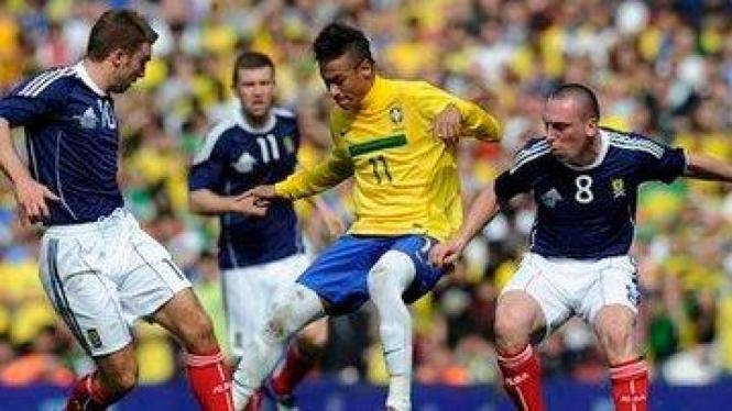 Neymar (Brasil/Kuning) dikepung pemain Skotlandia