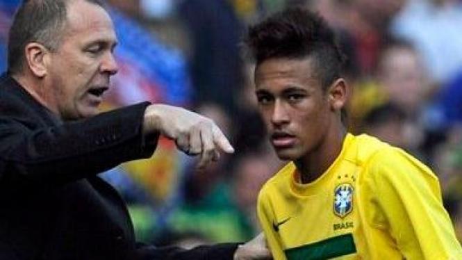 Neymar (kanan) bersama pelatih Brasil Mano Menezes