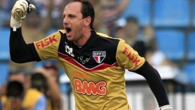 Rodrigo Ceni usai mencetak gol ke-100 dalam karir