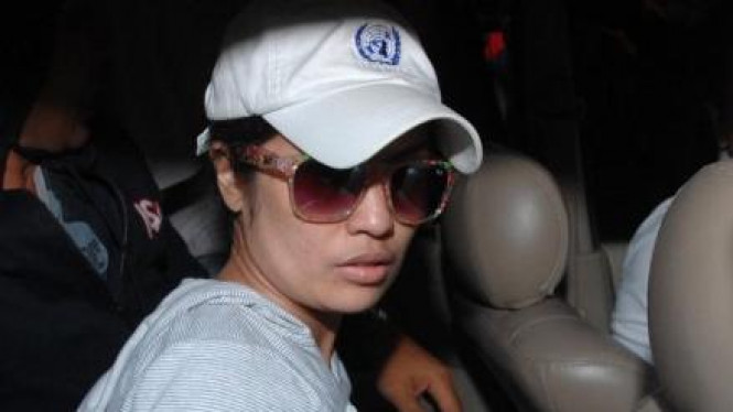 Selly Yustiawati saat dibawa polisi ke Jakarta