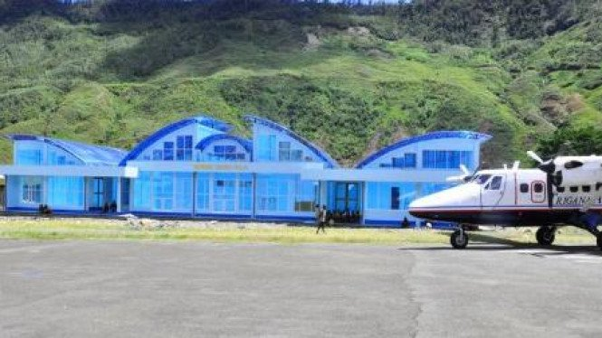 twin otter parkir di lapangan terbang (Lapter) Mulia, kabupaten Puncak Jaya