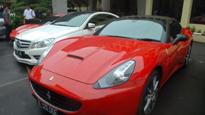 Mobil Ferrari dan Mercy milik Inong Melinda alias Melinda Dee yang disita