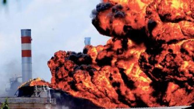 Tangki minyak kilang Pertamina RU IV Cilacap yang terbakar