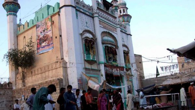 Serangan bom di Kuil Sufi, Sakhi Sarwar, di distrik Dera Ghazi Khan, Pakistan,.