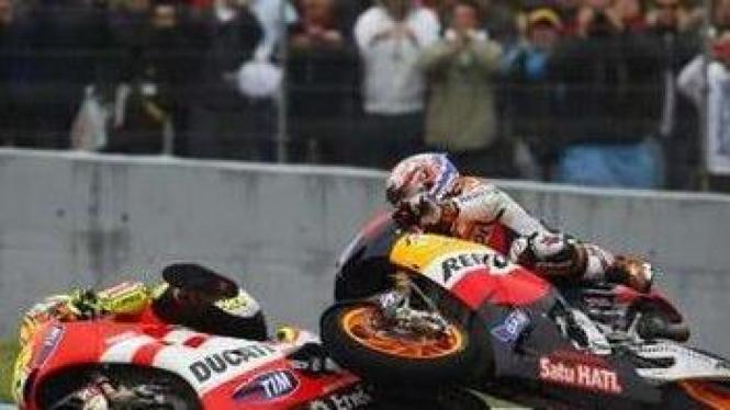 Casey Stoner (atas) terlibat kecelakaan dengan Valentino Rossi (bawah)