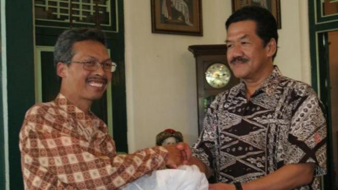 Juru kunci Gunung Merapi pengganti Mbah Marijan, Asih (kiri) & GPBH Yudhaningrat