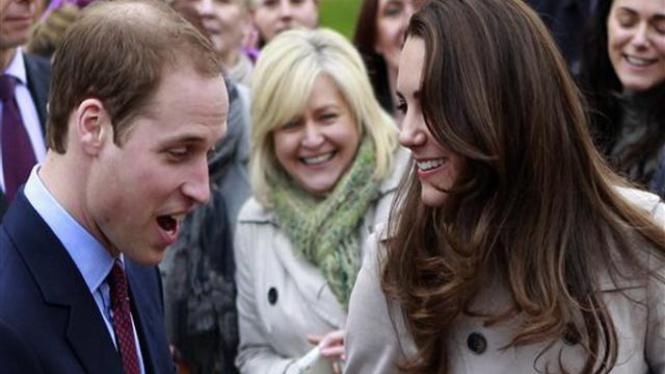 Pangeran William (kiri) bersama dengan tunangannya, 8 Maret 2011