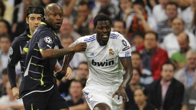 Emmanuel Adebayor (kanan)