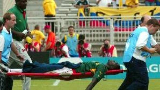Marc-Vivien Foe, pesepakbola Kamerun, meninggal mendadak saat pertandingan.