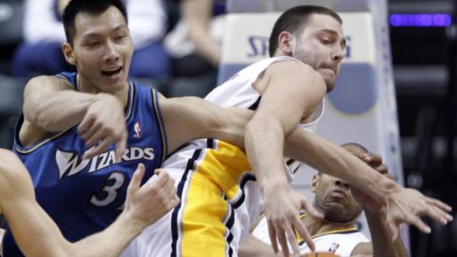 Tyler Hansbrough (Pacers/kanan) berebut bola dengan Yi Jianlian (Wizards)