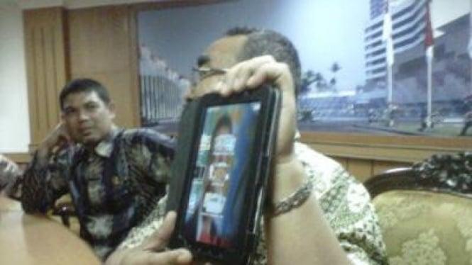 Arifinto (PKS) dan komputer tablet Galaxy Tab-nya