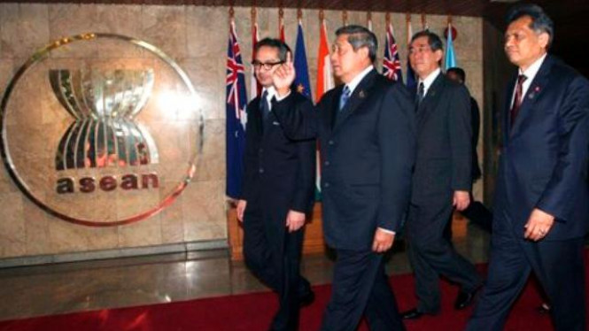 President Yudhoyono, second from left, at the ASEAN Secretariat Jakarta