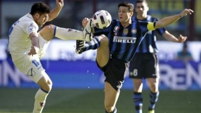 Javier Zanetti (Inter/Kanan) berebut bola dengan bek Chievo Bojan Jokic
