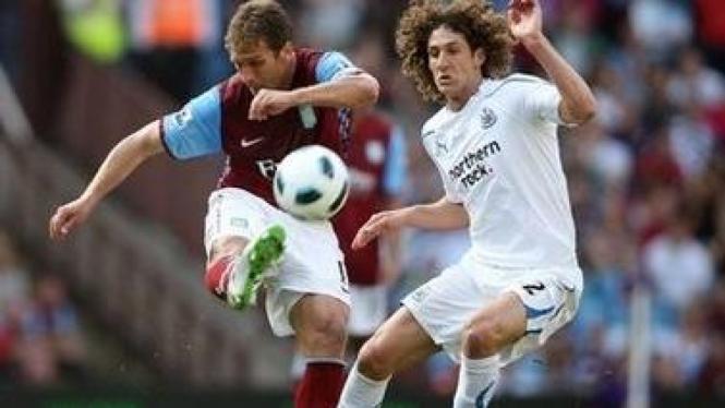 Pemain Villa Stiliyan Petrov (kiri) dan pemain Newcastle, Coloccini