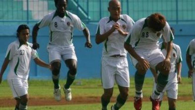 Pemain Sriwijaya latihan (ki-ka): Rendy Siregar, Thierry Gathuessi, Kim Yong-Hee