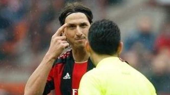Zlatan Ibrahimovic (kiri) dan wasit
