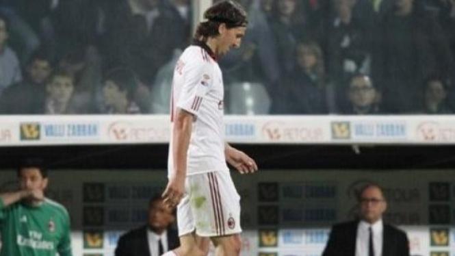 Zlatan Ibrahimovic (AC Milan) usai mendapat kartu merah lawan Fiorentina