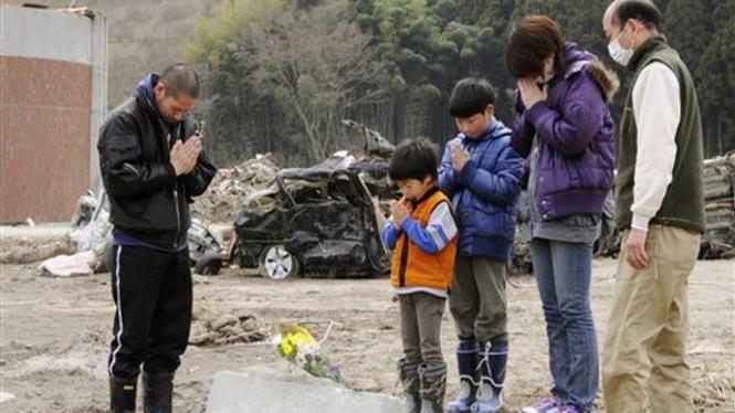 Warga Jepang memperingati tragedi gempa dan tsunami, 11 April 2011