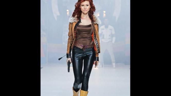 Anna Chapman di atas panggung catwalk